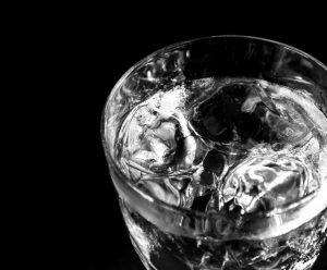 お酒の水割りを作る際に使う水にもこだわる